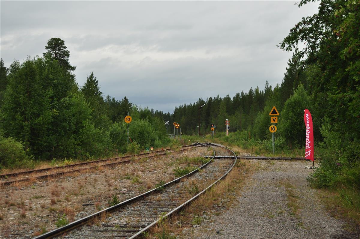 http://www.stifter-mauth.de/bahn/wp-content/uploads/fotos/schweden/2019/097_20190811_Bahnhof_Moskosel_Formsignale.jpg